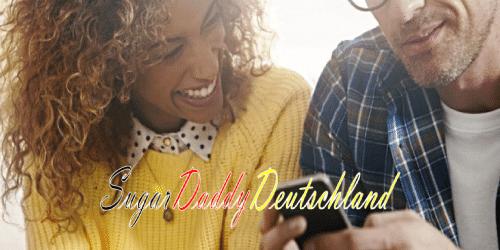 Sugardaddy und Sugarbabe spielen mit dem Handy