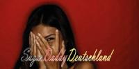 Mädchen mit Schamgesicht und Gesicht bedeckt mit Händen