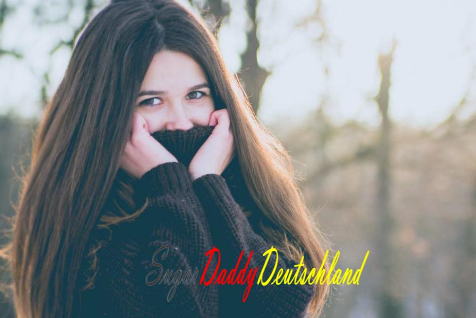 Mädchen bedeckt ihren Mund mit schändlichem Pullover.