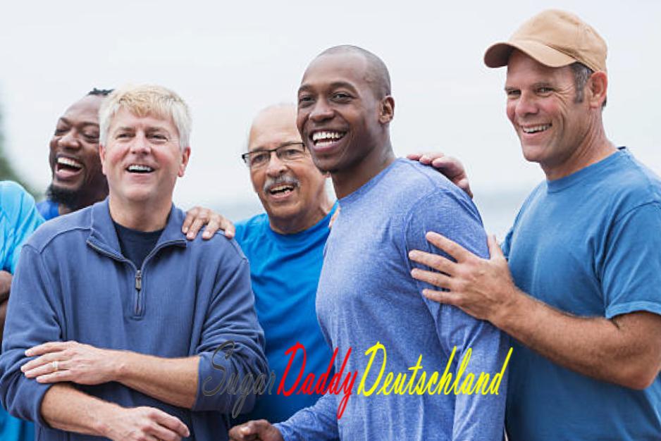 Gruppe reife Männer lächeln Freunde.