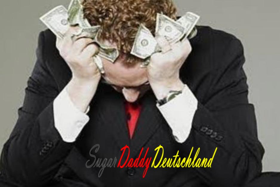 Trauriger Mann mit Geld in seinen Händen.