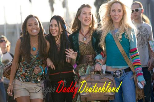 Eine Gruppe verschiedener und schöner Mädchen geht die Straße entlang.