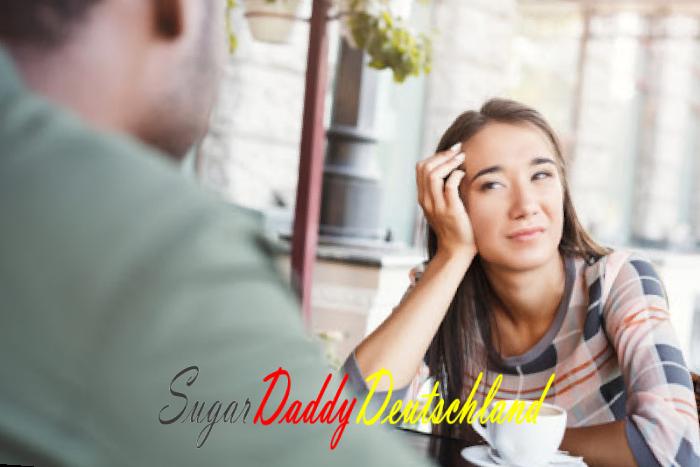 Mädchen sieht Mann bei einem Date gelangweilt an